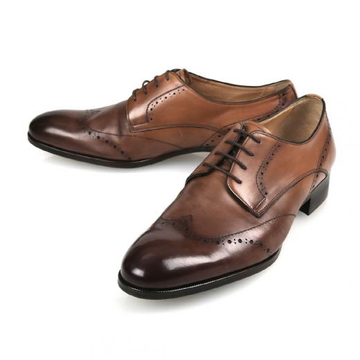 e1d2cd67dc3 가죽 구두는 장마철에 가장 취약한 신발 중 하나다. 때문에 방수 스프레이를 활용해 가죽이 수분에 노출되어도 젖지 않도록 예방하는 것이  좋다.