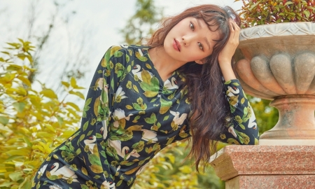 이성경, 로맨틱 화보 공개…패턴 원피스 '완벽'