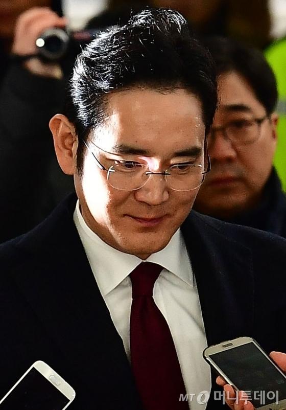 """""""이재용 뇌물·횡령·배임 모두 수사""""…구속영장 '만지작'"""