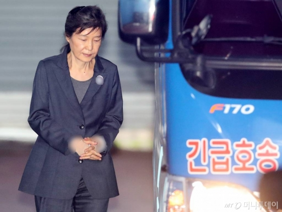 법원, '국정원 뇌물' 박근혜 재산 묶어두기로 결정