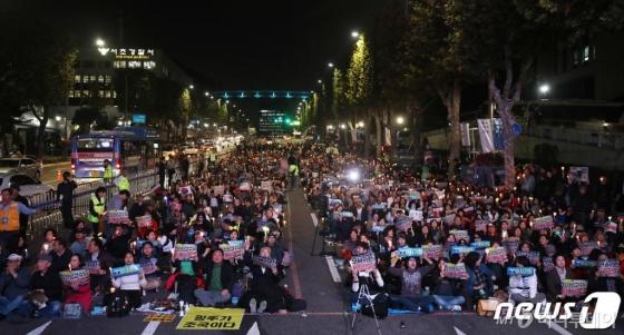 정경심 구속에 서초동 희비 엇갈려…'중앙지법 행진 시위'