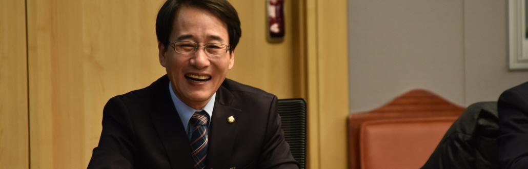 """여의도 대표 정책 아이디어 뱅크 이원욱, """"칭찬해"""""""