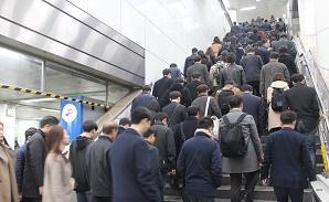 신혼부부, 서울 집 구하기 넘사벽...'직장에서 멀어져 간다'