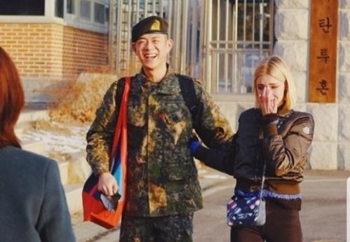 빈지노, 만기 전역..'5년 연인' 스테파니 미초바 '꽃신'