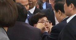 文의장 성추행 의혹<br>임이자 의원 얼굴 '쓰담쓰담' 순간