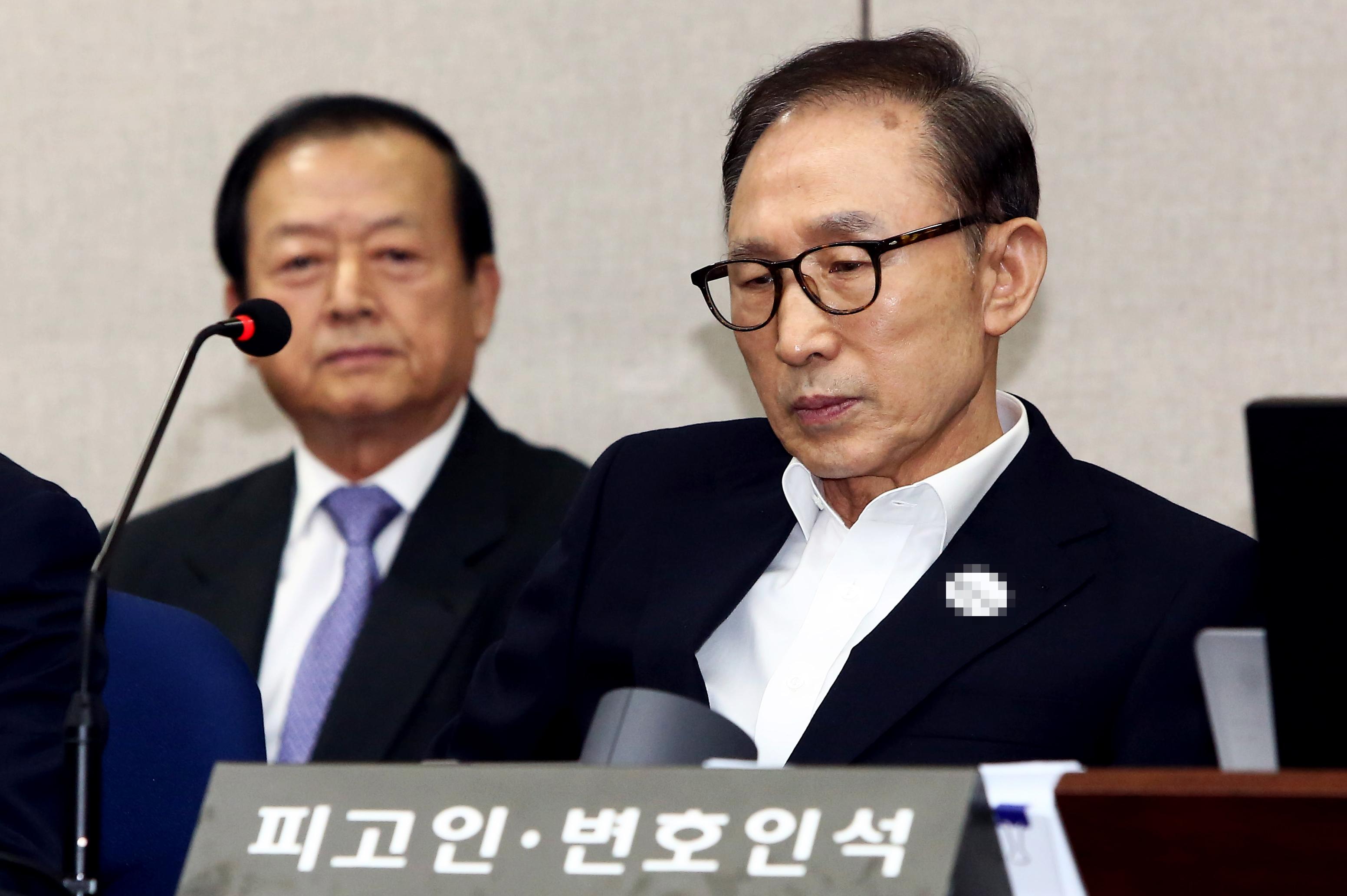 뇌물수수-비자금 조성 혐의 이명박, 첫 공판