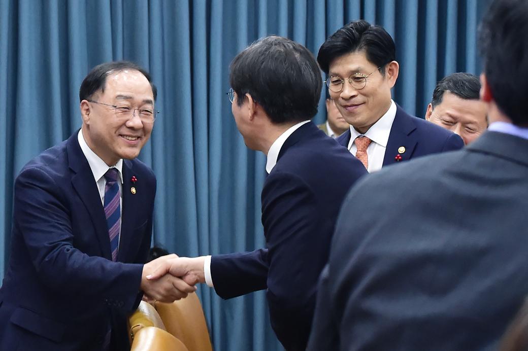 홍남기 부총리 주재 첫 경제장관회의
