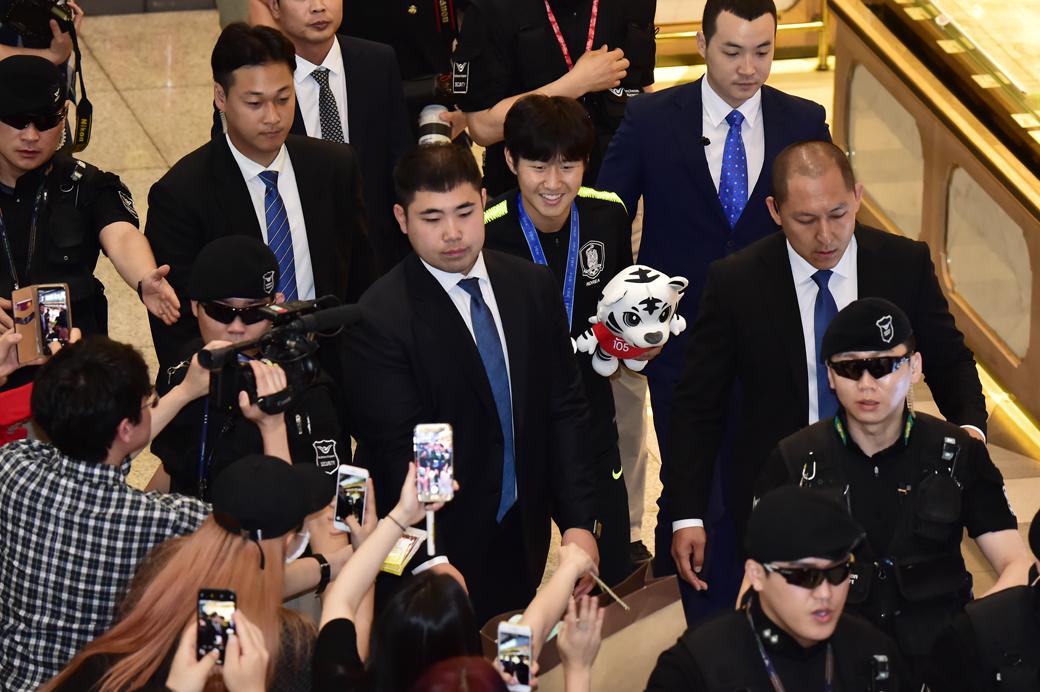 한국축구 새역사 이강인, 미소 활짝 머금고 귀국