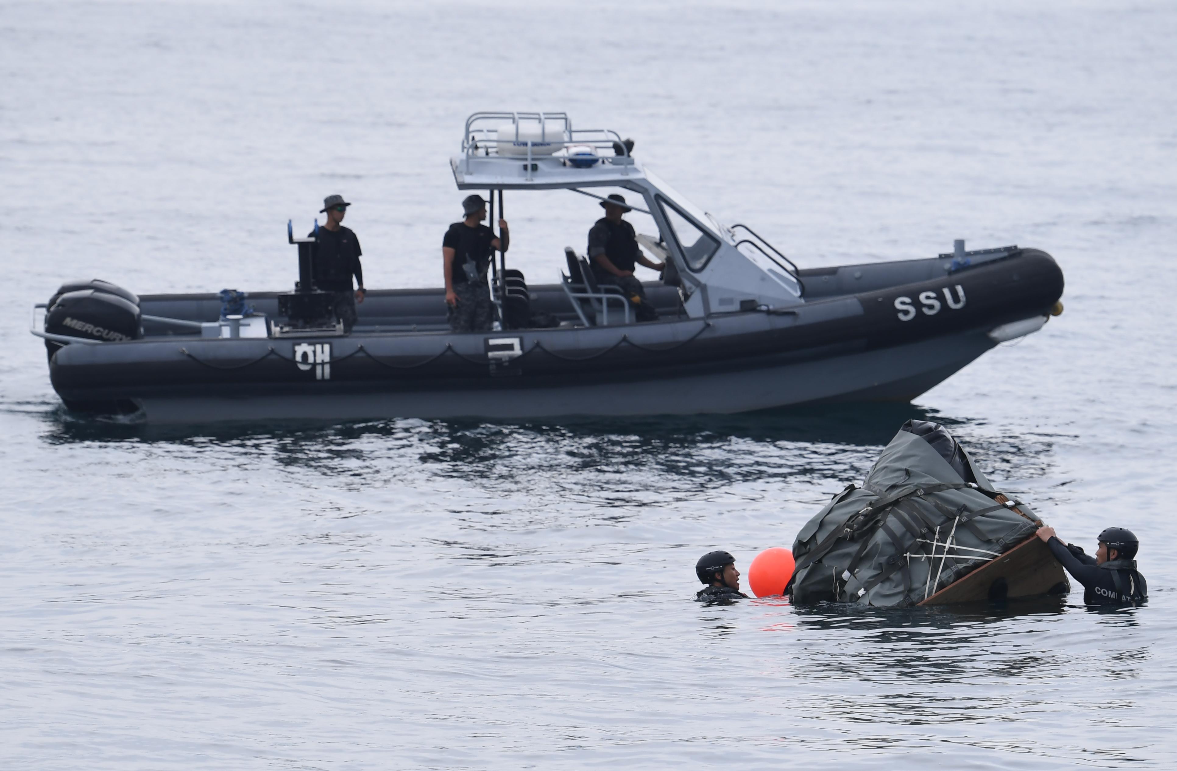 동해에서 실시된 해상 조난자 합동 탐색구조훈련