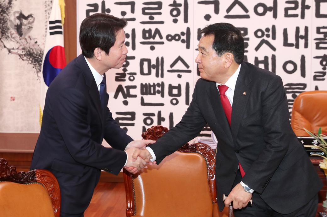 의장주재 교섭3당 회동…이인영 만난 심재철