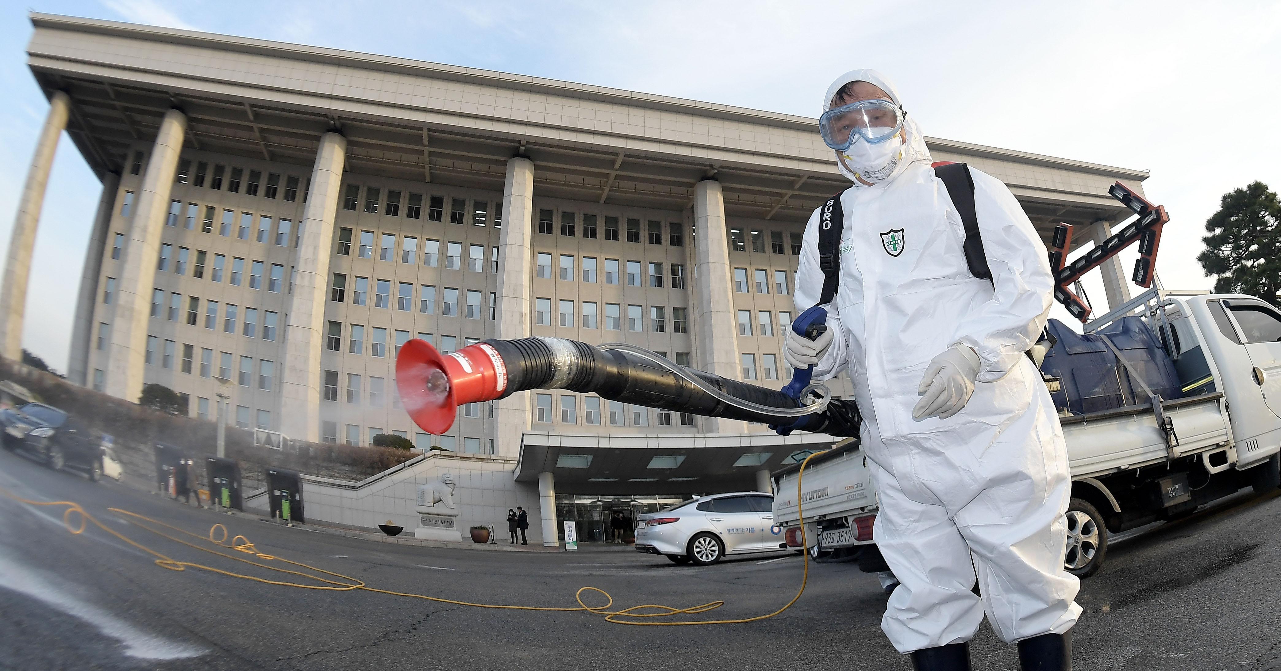 '사상 초유의 국회 폐쇄'…전면 방역