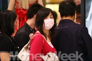 한국에서 얼굴까지 쇼핑하는 '마스크족'