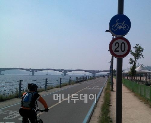 ▲ '20km 제한', 한강자전거도로 어느 곳에서나 위 표식을 볼 수 있다