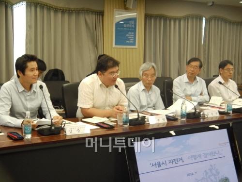 ▲ 박원순 서울시장(오른쪽 두번째)이 오종렬 카페지기(왼쪽 두번째)의 토론을  경청하고 있다
