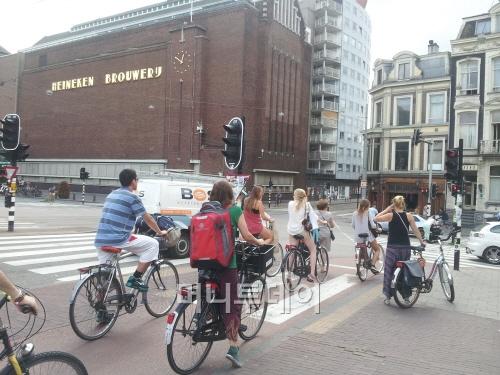▲ 암스테르담 도심 자전거 타기, 안전모 등 보호장구는 보이지 않는다.