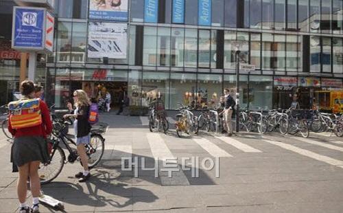 ▲ 자전거로 통학하는 학생들