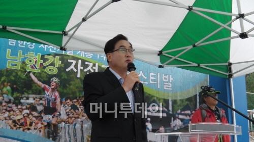 ▲ '자전거여행의 천국, 달려라 양평'을 설명하는 김선교 양평군수