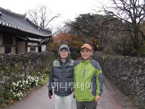 ▲ 외암민속마을에서 만난 이영우씨와 김태식 관광문화팀장(좌우)
