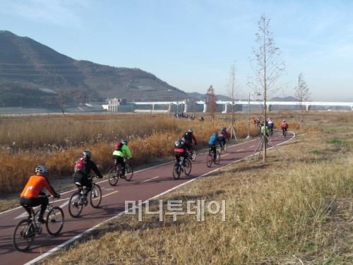 [포토]창녕함안보 향한 아침 자전거 행렬