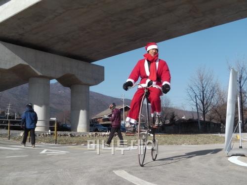 북한강자전거길에 나타난 하이휠 산타