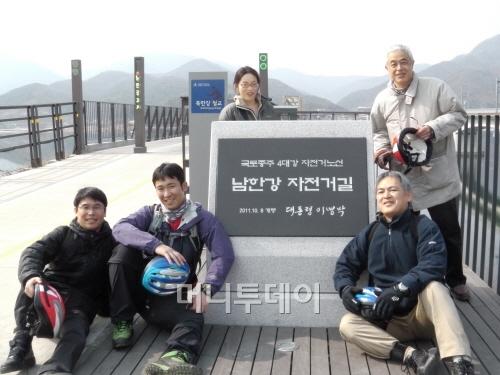 ↑폐철교를 활용한 친환경 자전거길에 관심을 보인 일본 돗토리현 관계자들(북한강철교)