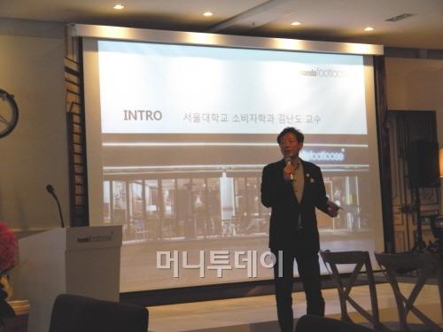 ↑22일 기자간담회에서 만도풋루스와 전기자전거 트렌드를 설명하는 김난도 교수
