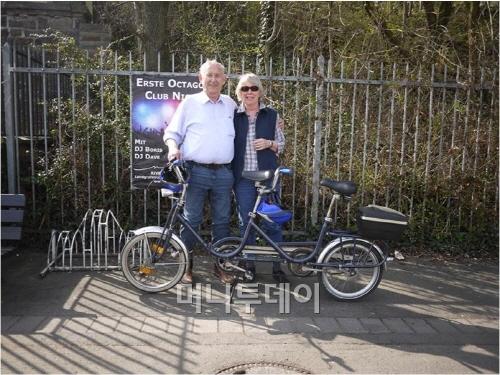 ↑유럽에서는 단독주택 차고나 아파트 주차시설이 발전해 2인용자전거를 많이 탄다(탄뎀바이크를 즐기는 독일 코데스 요하네스 부부).