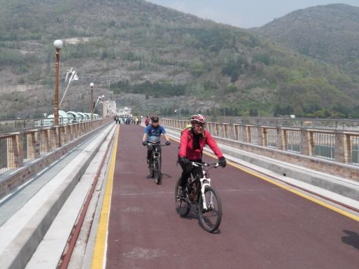 충주댐 정상길의 녹색자전거열차 참가자들/사진=박정웅 기자