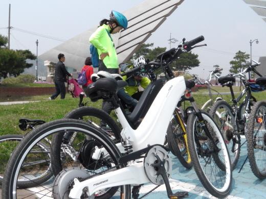 중앙탑공원에서 선 토마 모터: 후륜 휠 모터(BLDC) 300W 배터리: Li-Ion(25 V, 8.6 Ah)  등판 : 8도 경사 주행 : 파스 50-90km, 풀 파스 40km 구성 : Shimano 7 바퀴 : 26인치  /사진=박정웅 기자