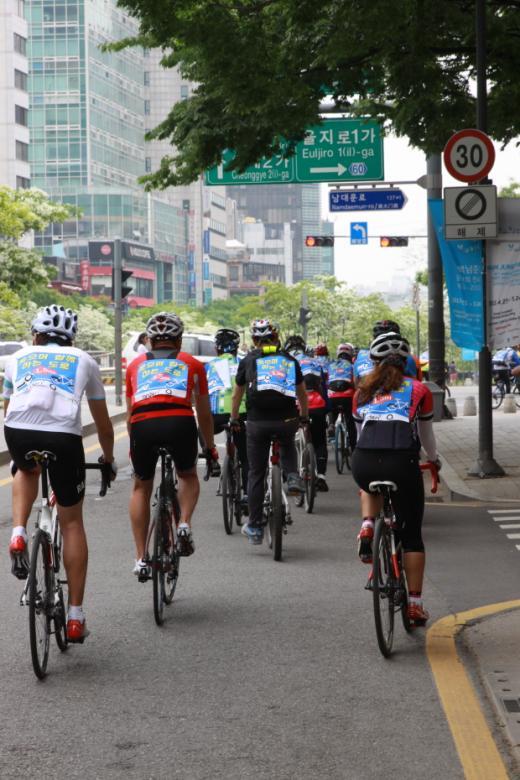 '웃으며 함께 하는 도로' 홍보막을 부착한 참가자들이 서울시청을 향했다./사진=박정웅 기자