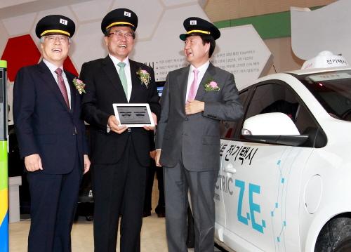 이석채 KT회장(좌)과 최문기 장관(가운데)이 WIS에서 'olleh 스마트 전기택시'의 일일 운전사가 되어 IT기술을 체험하고 있다(사진제공=KT)