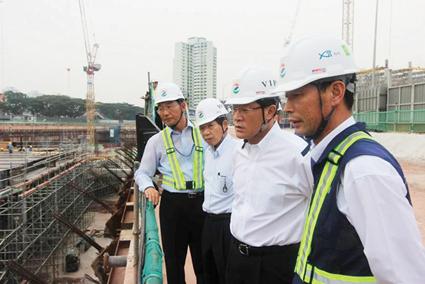 허명수 GS건설 사장이 지난해 9월 싱가포르 NTF 병원 신축 공사장을 방문해 현장 관계자들과 함께 현장을 살펴보고 있다.