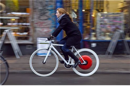 코펜하겐 휠을 장착한 전기자전거(2009) 전기자전거에서 자전거를 뺀 나머지 모든 구성품이 허브(빨간색)에 내장된 일종의 '전기자전거 전환용 뒷바퀴'이다. 인력을 감지하기 위한 센서도 통합적으로 내장하기 위해 앞바퀴가 아닌 뒷바퀴를 선택했을 것이다./이미지=코펜하겐 휠 페이스북