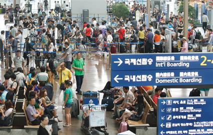 휴가철 해외여행객 붐비는 인천공항.    사진 = 머니투데이 홍봉진 기자