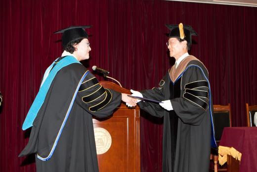 31일 동신대학교에서 송기진 광주은행장(오름쪽)이 김필식 동신대 총장으로부터 명예 경영학 박사 학위를 수여 받고 있다.