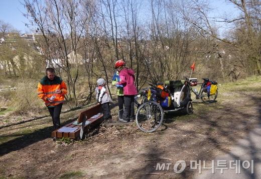 트레일러를 이용한 가족단위 자전거여행/사진=독일 이윤형 객원기자