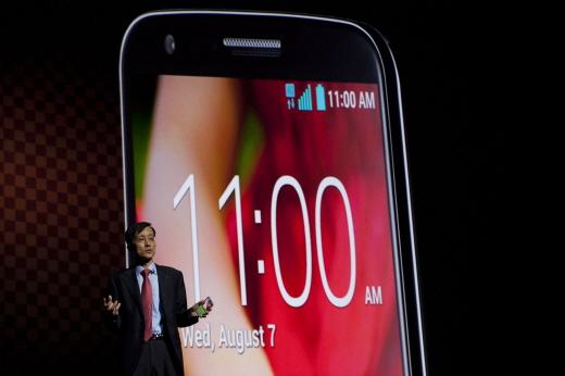 LG전자가 현지시간 7일 미국 뉴욕 센트럴파크 인근 '재즈 앳 링컨 센터'에서 글로벌 미디어, 세계 주요 통신사업자 등 700여 명이 참석한 가운데 'LG G2 Day' 행사를 열고 차기 전략 스마트폰 'LG G2'를 공개했다. 박종석 LG전자 MC사업본부장 부사장이 'LG G2'를 소개하고 있다.