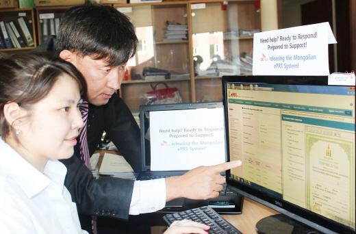 SK C&C 양희철 부장이 국가등록청 재산권등록담당자와 함께 재산권 등록관리시스템 운영 상황을 점검하고 있다(사진제공=SK C&C)