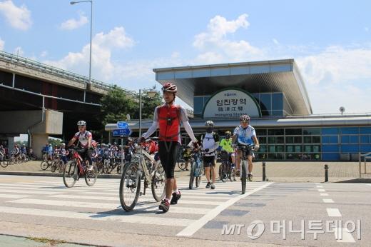 오후 평화누리길 자전거투어 나서는 참가자들/사진=박정웅 기자