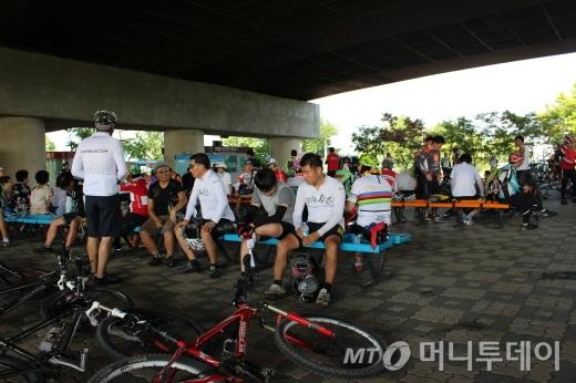 평화누리길 투어를 마친 참가자들이 열차를 기다리며 휴식을 취하고 있다./사진=박정웅 기자