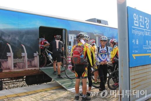 참가자들이 DMZ자전거투어를 마치고 임진강역에서 기차에 자전거를 싣고 있다./사진=박정웅 기자