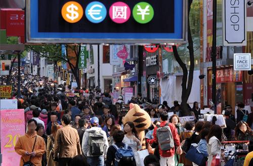 명동은 내국인뿐 아니라 아시아 관광객들에겐 가장 인기있는 장소이다(사진=머니투데이DB)