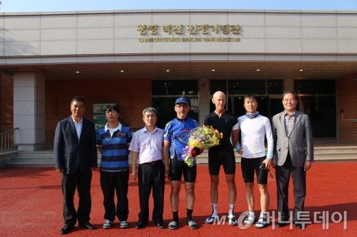 봉땅 대사(중앙), 김종배 박진전쟁기념관장(왼쪽 세번째) 및 관계자들/사진=박정웅 기자