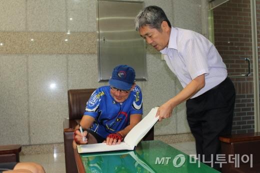 방명록에 서명하는 봉땅 벨기에 대사/사진=박정웅 기자