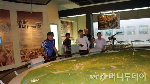 봉땅 대사(왼쪽)가 김종배 박진전쟁기념관장(오른쪽)으로부터 낙동강 창녕전투 상황을 전해듣고 있다./사진=박정웅 기자