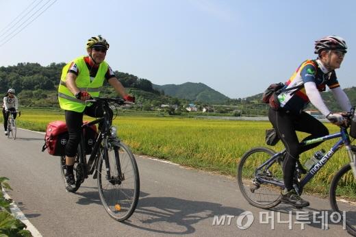 봉땅 대사(왼쪽)가 밀양의 한 들판을 자전거로 달리고 있다./사진=박정웅 기자