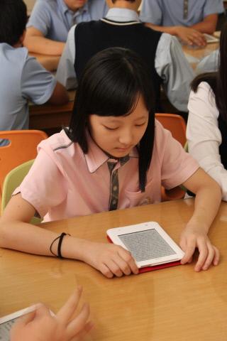 숭인중학교 학생이 전자책 단말기 크레마 터치를 사용하고 있다(사진제공=예스24)