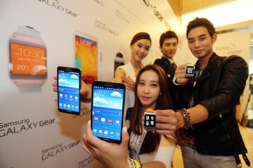 삼성전자가 25일 국내에 출시한 '갤럭시 노트 3'와 '갤럭시 기어'(사진제공=삼성전자)