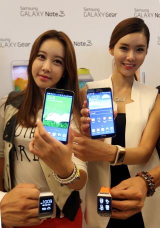 삼성전자가 25일 국내에 출시한 '갤럭시 노트3'와 '갤럭시 기어'(사진제공=삼성전자)