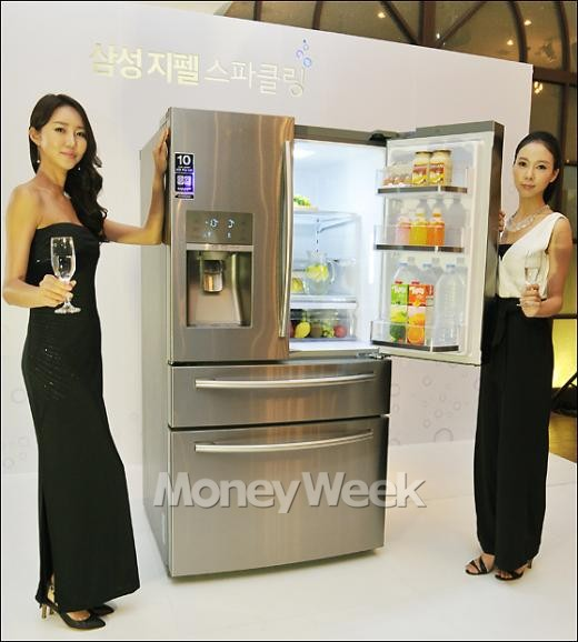 [MW사진] 탄산수 제조하는 '삼성 지펠 스파클링 냉장고'